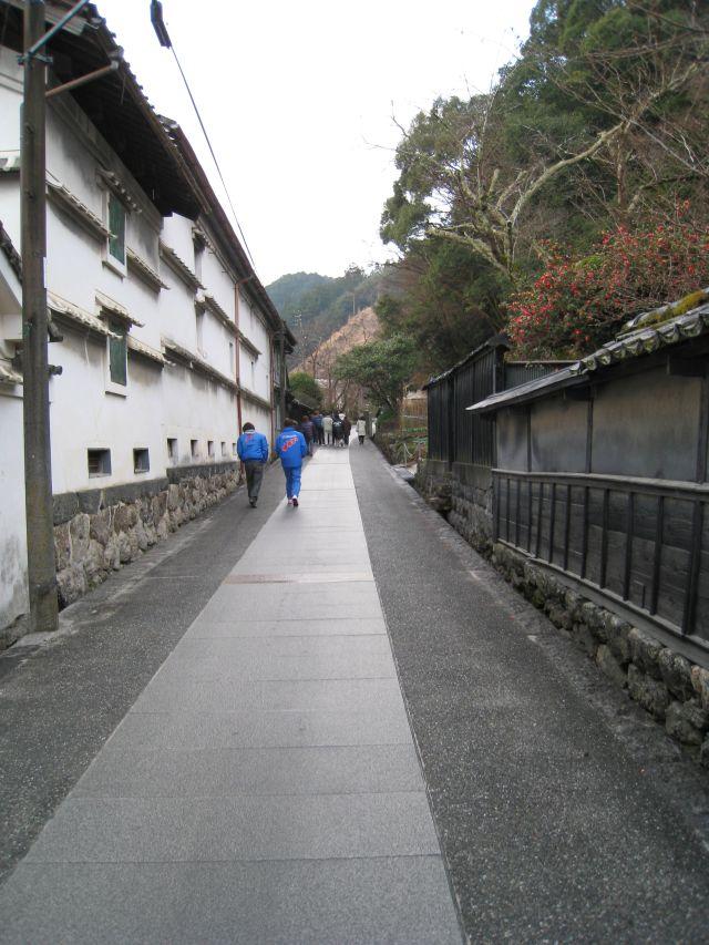 蔵の横の路地